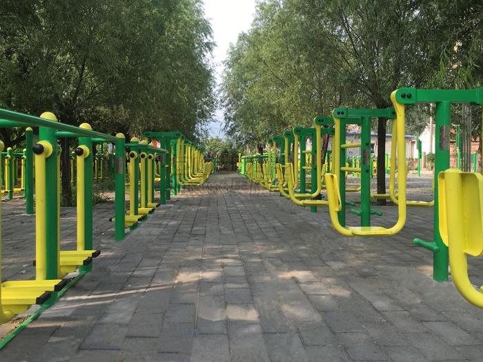 健身器材,有的场地设施会根据当地的情况高新聘请设计人员为自己的
